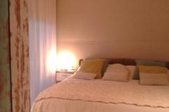 dormitorio-padres-entelado en -la-cabecera-de-la-cama